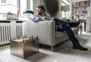 Gallerist Martin Asbæk viser de fem ting fra hjemmet i Charlottenlund, han ville redde hvis huset brændte